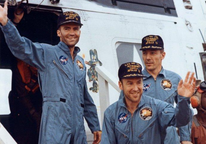 Posádka Apolla 13 vystupuje z vrtuľníka na výsadkovej lodi amerického námorníctva USS Iwo Jima, ktorá ich vyzdvihla z Tichého oceánu. Foto - NASA