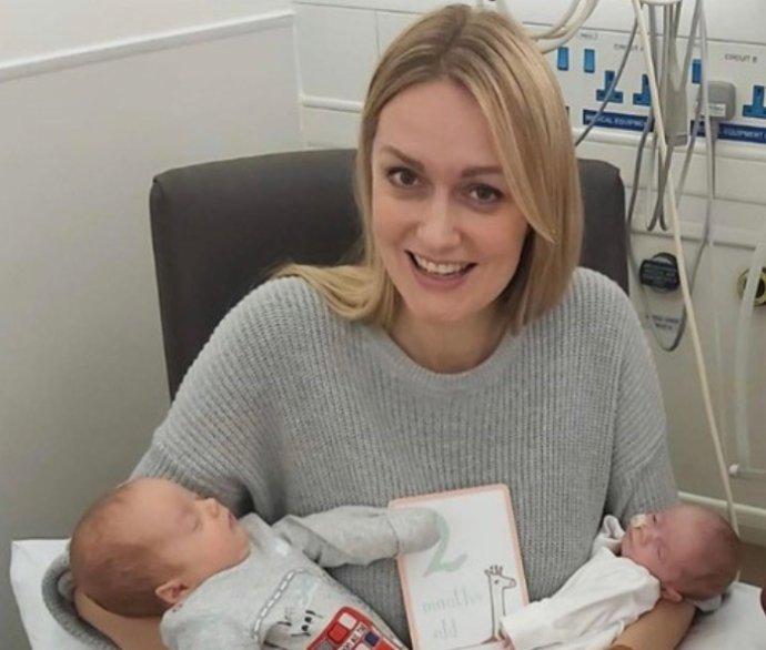 Rebecca Robertsová so svojimi dvojmesačnými dvojčatami Noahom a Rosalie. Foto – archív R. R.