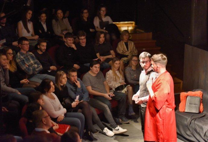 Z predstavenia Je dôležité mať Filipa?, ktoré Divadlo na TrakOch uviedlo vo februári 2020 v Divadle Jána Palárika v Trnave. FOTO - TASR