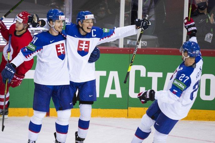 Peter Cehlárik sa teší s Marekom Ďalogom, korčuľuje k nim aj Marek Hrivík. Foto - TASR/Jaroslav Novák