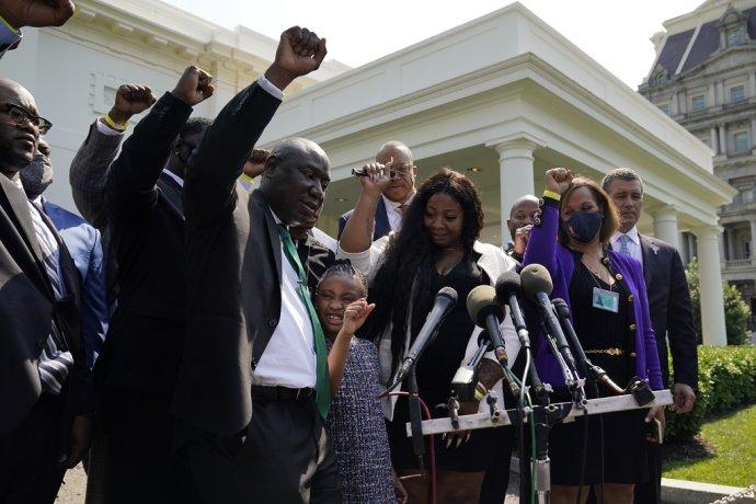 Rodina Georgea Floyda po stretnutí s prezidentom Joeom Bidenom v Bielom dome. Foto - TASR/AP
