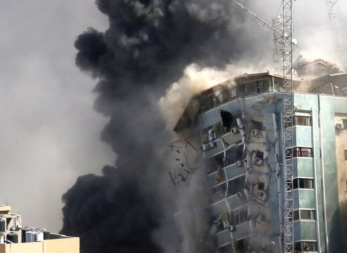 Budovu, kde sídlili aj médiá, zničil izraelský nálet. Foto - TASR/AP