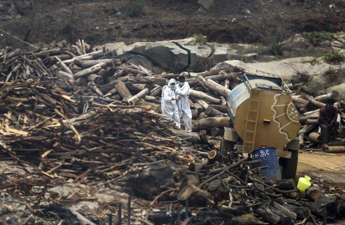 Problémom v niektorých indických regiónoch je nedostatok miesta na kremáciu, prípadne nedostatok dreva. Foto - TASR/AP