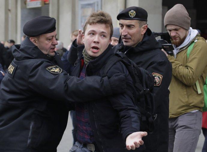 Novinár Raman Pratasevič na archívnej snímke počas zatýkania v roku 2017. Teraz kvôli nemu prinútili pristáť lietadlo. Foto - TASR/AP