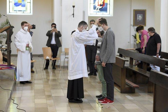 Vikár Wolfgang Rothe požehnáva homosexuálnemu páru v koordinovanej akcii nemeckej liberálnej katolíckej vetvy. Foto - TASR/AP