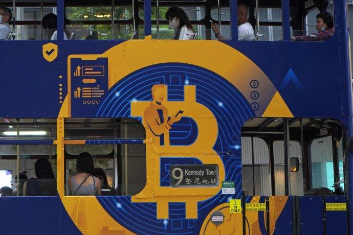 Reklama na bitcoin v Hongkongu. Foto - TASR/AP