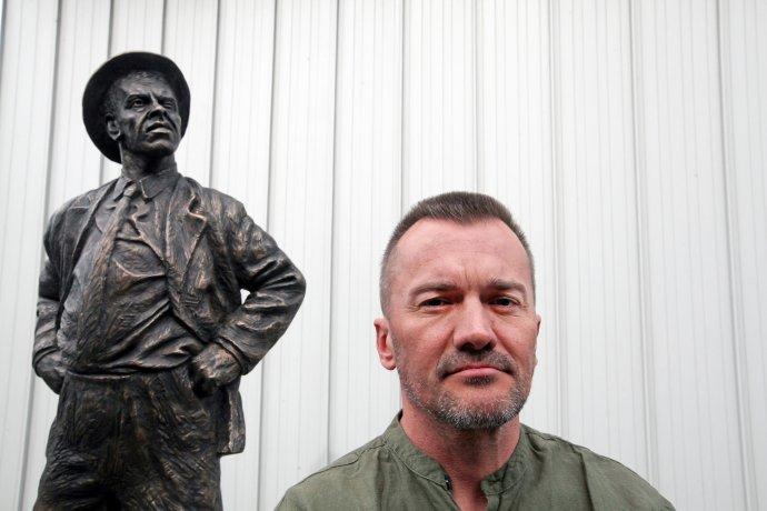 Juraj Karniš a jeho socha. Foto N - Andrej Bán