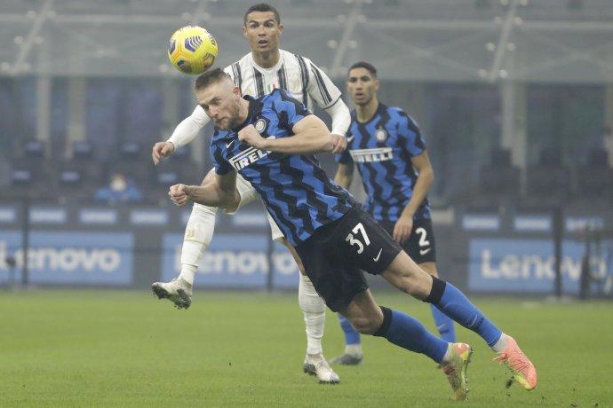 Milan Škriniar v súboji s Cristianom Ronaldom. Foto - TASR/AP