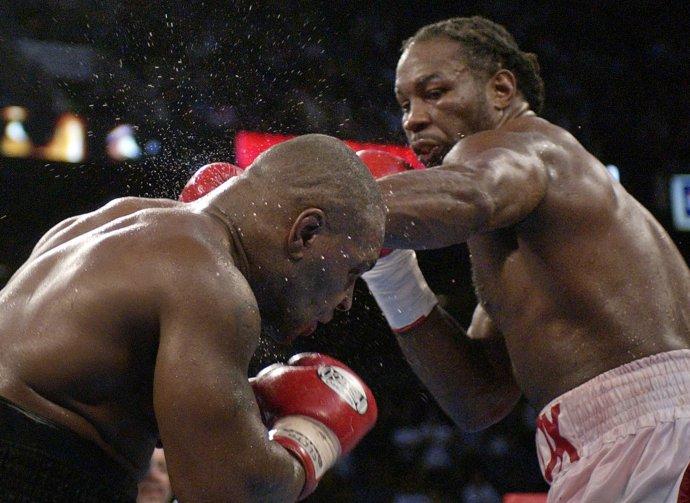 Lennox Lewis zasahuje Mika Tysona. Foto - TASR/AP