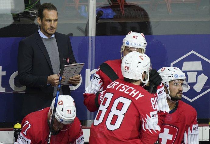 Švajčiarsky tréner Patrick Fischer a hráči. Foto - TASR/AP