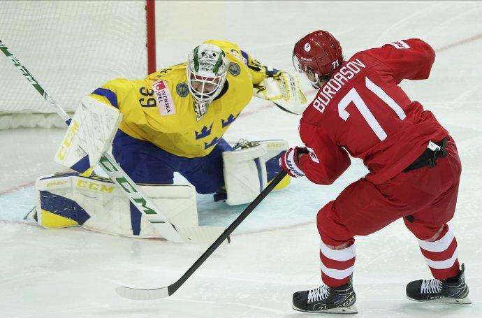 Anton Burdasov v súboji o puk s Adamom Reidebornom. Foto - TASR/AP