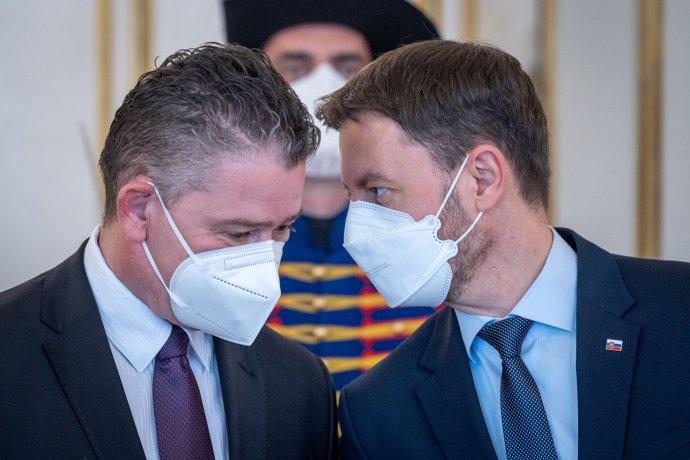 Minister vnútra Roman Mikulec a premiér Eduard Heger (obaja OĽaNO). Foto N – Tomáš Benedikovič