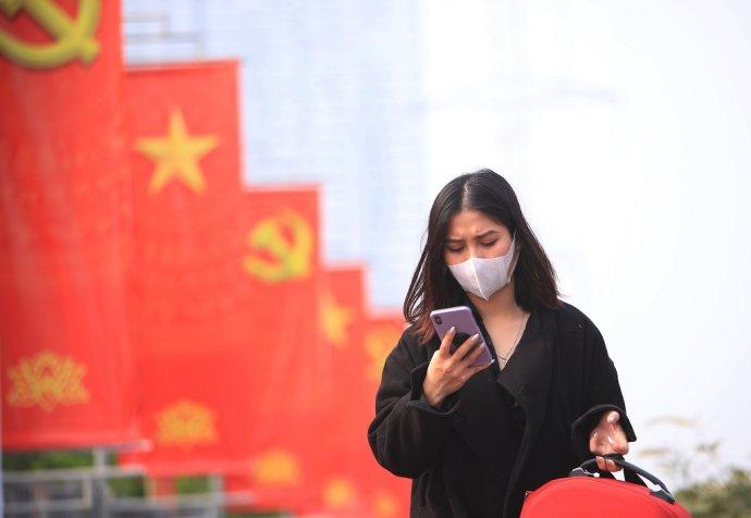 Vietnam zavádza prísne opatrenia zo strachu pred novou mutáciou, ktorú v krajine objavili. Foto - TASR/AP
