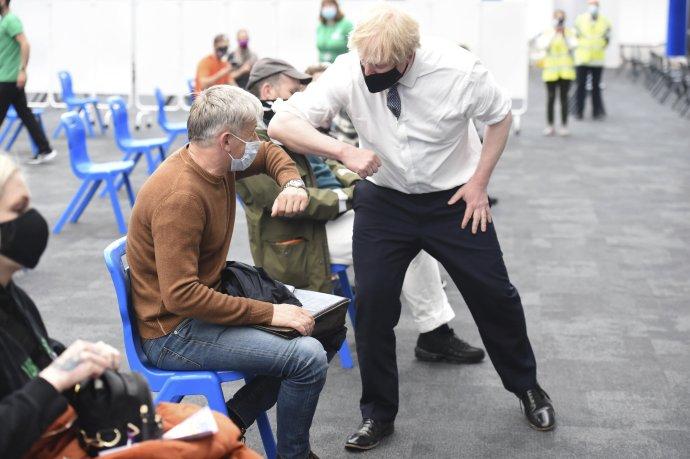 Boris Johnson odkazuje ľuďom, aby boli opatrní aj napriek tomu, že vláda uvoľňuje opatrenia. Foto - TASR/AP