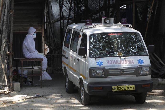 Oddychujúci zdravotník v indickom Bombaji. Foto - TASR/AP