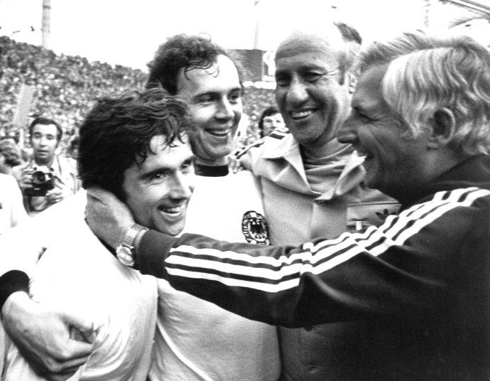 Gerd Müller (vľavo), tréner Helmut Schön (druhý sprava), jeho asistent Jupp Derwall (vpravo) a kapitán Franz Beckenbauer (druhý zľava) sa tešia po výhre 2:1 nad Holandskom vo finále MS 1974. Foto - TASR/AP