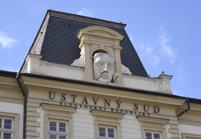 Budova Ústavného súdu a socha Justície. Foto - TASR