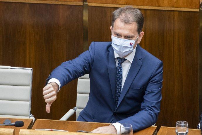 Minister financií Igor Matovič tesne pred hlasovaním o svojej nedôvere ukazoval palcom hore aj dole. Foto - TASR