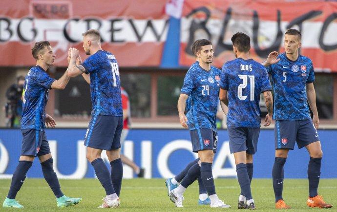 Slovenskí futbalisti po remíze 0:0 v Rakúsku. Foto - TASR/Martin Baumann