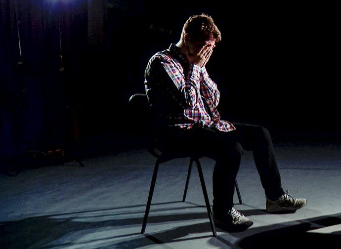 Raman Pratasevič počas kontroverzného rozhovoru pre štátnu bieloruskú TV. Foto - TASR/AP