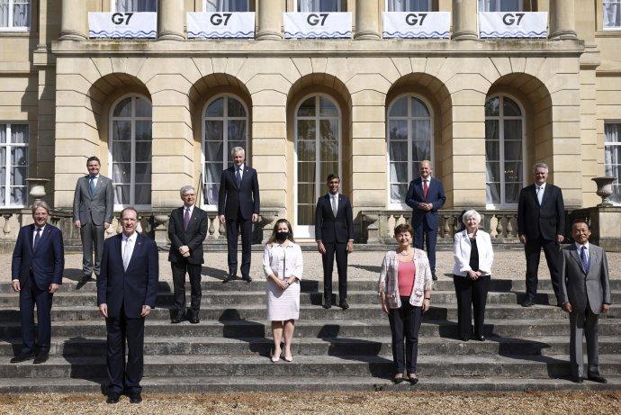 Ministri financií skupiny G7 pózujú pred samitom lídrov G7 v Londýne 5. júna 2021. Foto – TASR/AP