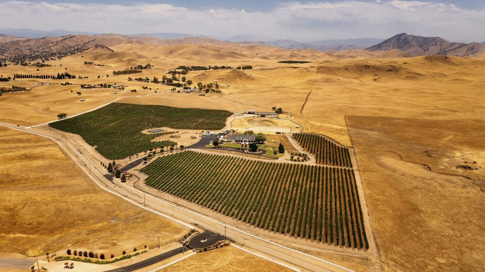 Pestovanie plodín vo vysušenej krajine pri meste Sanger v Kalifornii. Foto - tasr/ap