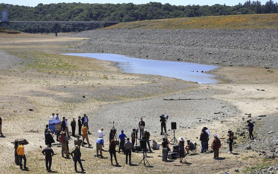 Guvernér Kalifornie Gavin Newsom mal v apríli tlačovku na brehu jazero Mendocino. Foto - tasr/ap