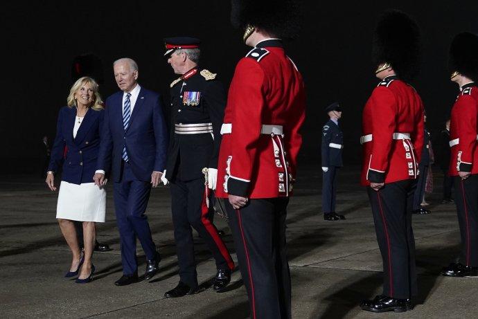 Joe Biden na britskej leteckej základni na začiatku svojej prvej cesty do Európy vo funkcii amerického prezidenta. Foto - TASR/AP