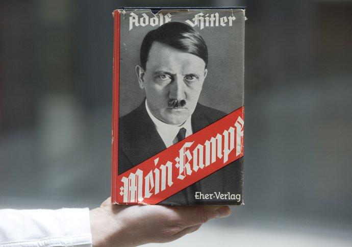 Kniha nacistického vodcu Adolfa Hitlera Mein Kampf (Môj boj). Foto - TASR/AP