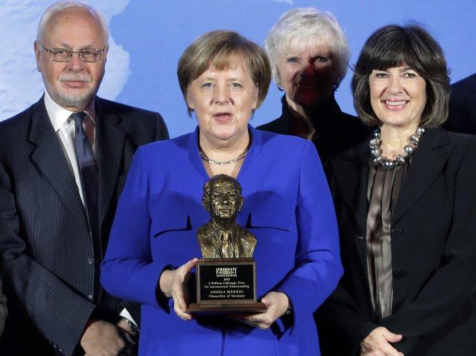 Christiane Amanpourová na zábere z roku 2019 s nemeckou kancelárkou Angelou Merkelovou. Foto - TASR/AP