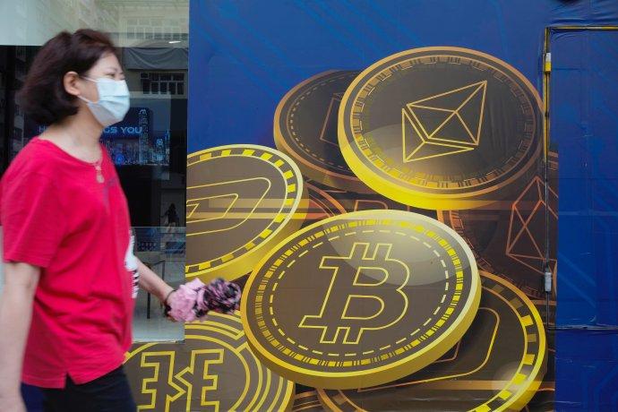 Reklama na bitcoin v Hongkongu začiatkom júna 2021. Foto - TASR/AP