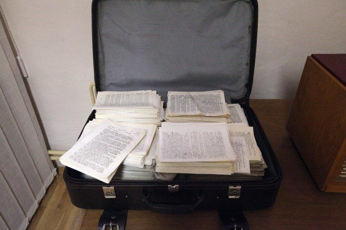 Kufrík s polovicou samizdatovej knihy ako exponát. Foto N - Andrej Bán.