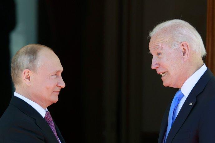 Ruský prezident Vladimir Putin a jeho americký náprotivok Joe Biden. Foto - TASR/AP