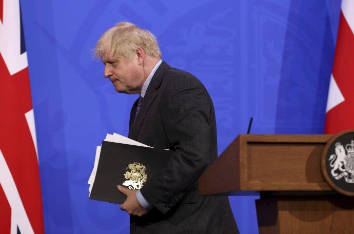 Boris Johnson v pondelok musel oznámiť, že delta variant zastavil otváranie v Británii. Foto - TASR/AP
