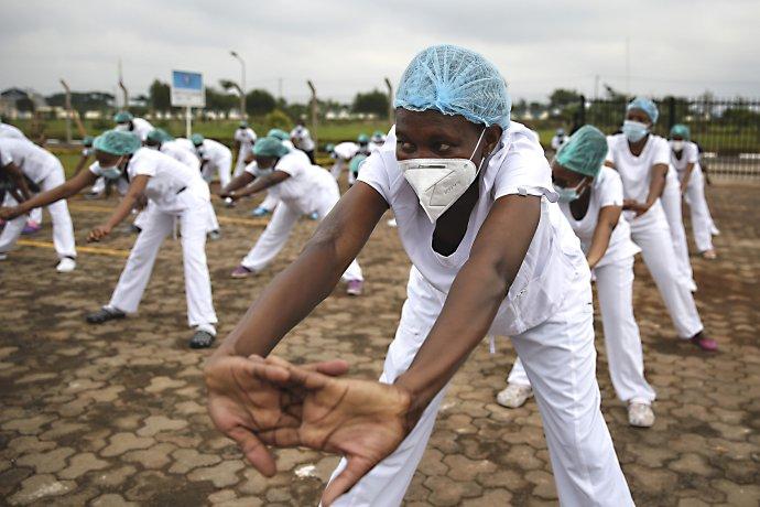 Zdravotné sestry tancujú zumbu na parkovisku pred nemocnicou v Nairobi. Foto – TASR/AP