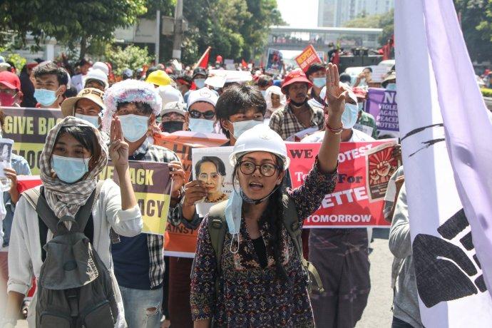 Mjanmarská aktivitska Thinzar Shunlei na proteste. Foto - archív T. S.