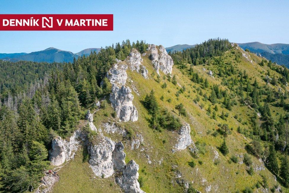 Zadná Ostrá z vrcholového brala Ostrej. V pozadí hôľny centrálny hrebeň Veľkej Fatry. Foto – Ľubomír Mäkký