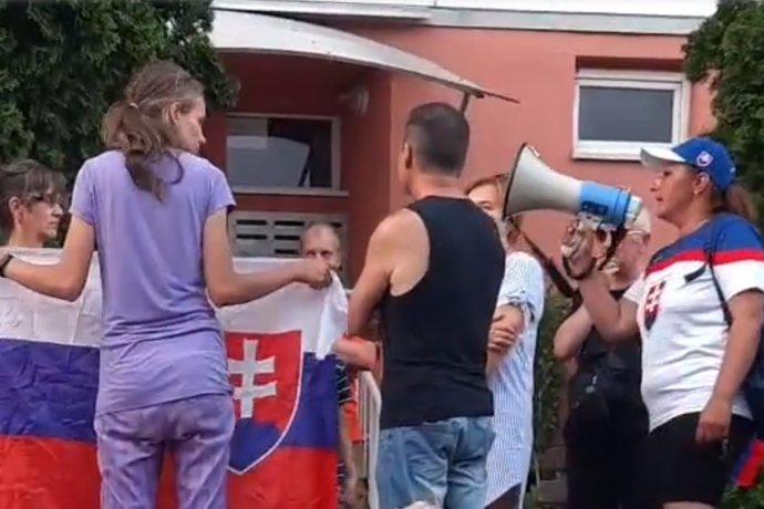 Pred domom, kde má byt Pavol Jarčuška, strávila skupina odporcov skoro polhodinu. Lekára nezastihli, svoje výhrady hovorili aspoň do megafónu.