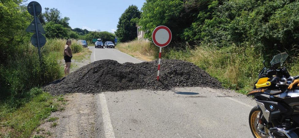 Hraničný priechod Buzica - Szemere zatarasili štrkom a dali tam značku zákazu vjazdu. Foto - Lukáš Macák