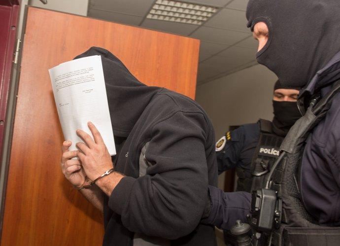 Bývalý šéf kontrarozviedky SIS Peter Gašparovič v sprievode polície na súde v decembri 2020, keď sa rozhodovalo o jeho väzbe. Foto – TASR