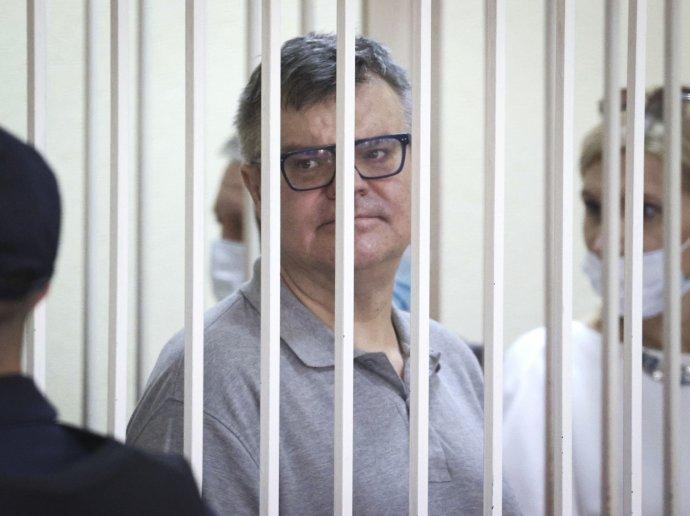 Bieloruský režim viní Babaryku z prania špinavých peňazí. Podľa vyšetrovateľov vytvoril zločineckú skupinu zloženú zo zamestnancov banky a vyviedol z nej pomocou dômyselných schém desiatky miliónov bieloruských rubľov. Babaryka vinu odmieta. Foto - TASR/AP