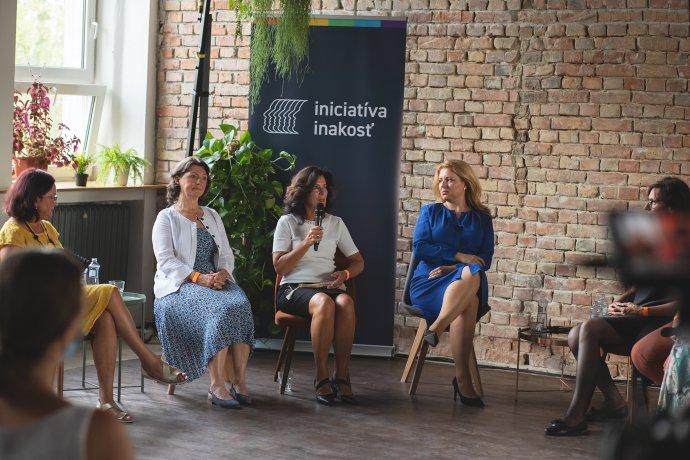 Prezidentka Zuzana Čaputová na diskusii s rodičmi LGBTI ľudí. Foto - Jakub Kováč pre Iniciatívu Inakosť