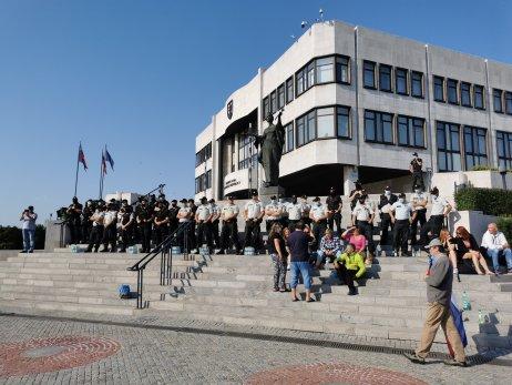 Policajti strážili parlamentu od skorého rána. Foto N