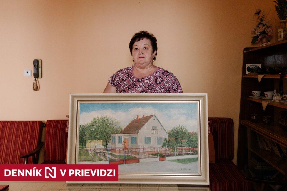 Eva Belanová, dcéra Jolany Pernišovej, v rukách drží obraz rodičovského domu v Koši. Foto – Vanda Mesiariková pre Denník N