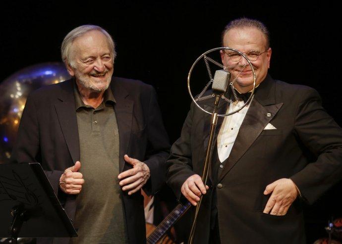 Milan Lasica a Juraj Bartoš s orchestrom Bratislava Hot Serenaders počas svojho posledného koncertu. Foto - Ctibor Bachratý