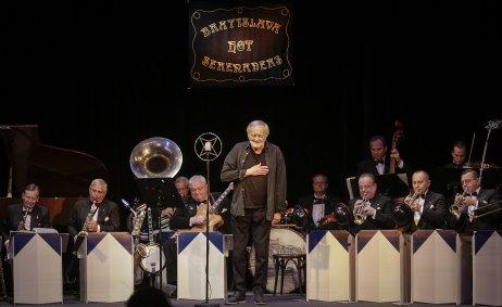 Posledný potlesk pre Milana Lasicu po koncerte s Bratislava Hot Serenaders v Štúdiu L + S. Foto – Ctibor Bachratý