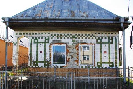 Farebné dlaždice ako súčasť vizáže takzvaných amerikánskych domov na Zemplíne, obec Šamudovce. Foto – Maroš Volovár