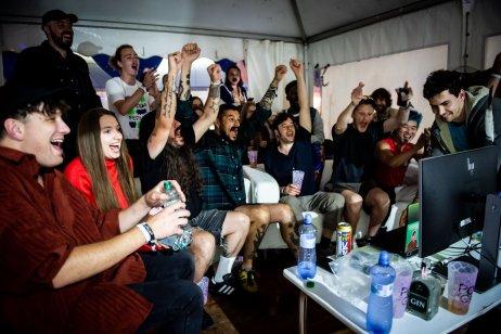 Futbal vynašli Angličania, finále majstrovstiev Európy v Trenčíne prežívali aj britskí muzikanti. Foto N – Vladimír Šimíček