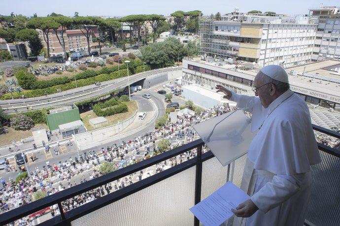 Pápež František zdraví veriacich z balkóna Univerzitnej nemocnice Agostina Gemelliho 11. júla 2021 v Ríme. Foto - TASR/AP