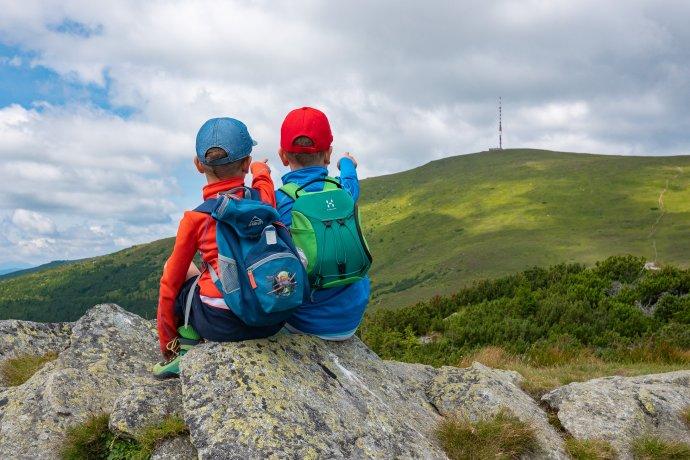 Deti na Kráľovej skale s výhľadom na Kráľovu hoľu. Foto – Ľubomír Mäkký